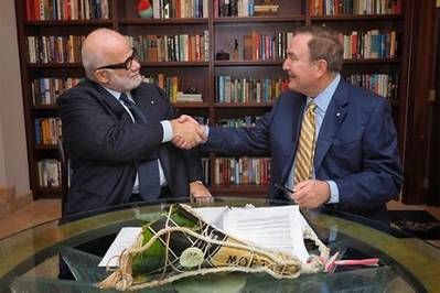 Manfredi Lefebvre D'Ovidio (à esquerda) aperta a mão de Richard D. Fain após assinar um contrato que dá à Royal Caribbean uma participação de 66,7% na Silversea (Foto: Silversea Cruises)
