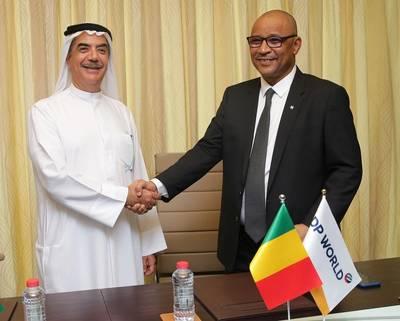 Suhail Al Banna, diretor executivo e diretor administrativo da DP World Oriente Médio e África, e Moulaye Ahmed Boubacar, ministro de equipamentos e transportes da República do Mali, durante a assinatura do contrato de concessão em Dubai (Foto: DP World)