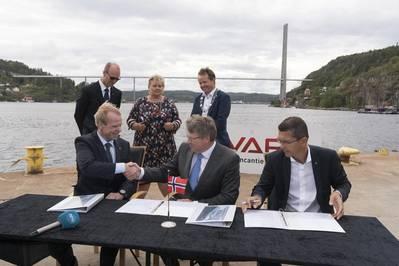 YARA unterzeichnet Vertrag mit VARD, um Yara Birkeland zu bauen. LR: Präsident und CEO von YARA, Svein Tore Holsether; COO von VARD, Magne O. Bakke; Präsident und CEO von KONGSBERG, Geir Håøy (Foto: KONGSBERG)