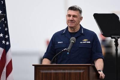 O almirante Karl Schultz entrega o endereço SOTCG anual em San Pedro, Califórnia (Imagem: CREDIT USCG)