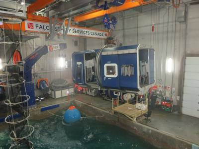 La 'cabina del helicóptero' (estructura de la caja azul) colocada sobre la piscina. El 'trabajador offshore' está dentro de la cabina. (Foto: Tom Mulligan)