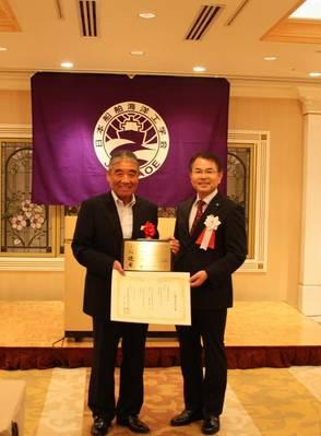 Da direita Masashi Kashiwagi, presidente da JASNAOE, Norio Kanaya, capitão da Hikawa Maru. Foto: NYK