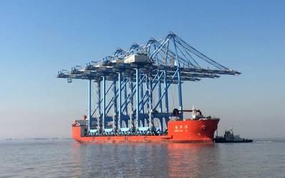 O navio de carga pesada de 761 pés de comprimento, Zhen Hua 28, transporta os primeiros quatro dos oito novos guindastes super-post-Panamax da Tacoma (Photo: The Northwest Seaport Alliance)