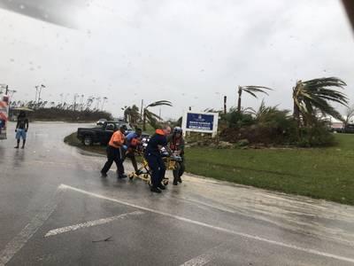 El personal de la Guardia Costera ayuda a evacuar a un paciente en las Bahamas durante el huracán Dorian. La Guardia Costera está apoyando a la Agencia Nacional de Manejo de Emergencias de las Bahamas y la Real Fuerza de Defensa de las Bahamas con los esfuerzos de respuesta a huracanes. (Foto de la Guardia Costera)