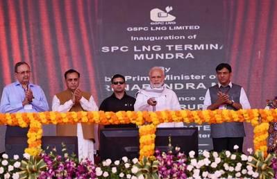 El primer ministro Narendra Modi inaugura Mundra LNG Terminal & Anjar. Foto por la Prensa. Oficina de Información de la Prensa, Gobierno de la India.