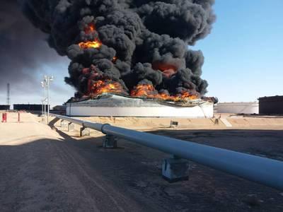 Na segunda-feira, a National Oil Corporation confirmou a perda dos tanques de armazenamento 2 e 12 no terminal portuário de Ras Lanuf (Foto: NOC)