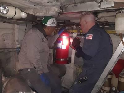 El suboficial de la Guardia Costera, John Bafia, inspecciona un buque de la vía fluvial de Nueva York con la ayuda de un miembro de la tripulación el 23 de noviembre de 2019. La Guardia Costera inspeccionó todos los transbordadores operacionales de la vía fluvial de Nueva York en menos de dos semanas. (Foto del suboficial de tercera clase John Hightowe; foto de cortesía de la Guardia Costera de los EE. UU.)