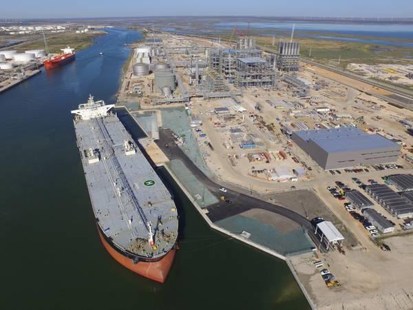 Εικόνα αρχείου: Ένα VLCC φορτώνει αργό πετρέλαιο στο λιμάνι του Corpus Christi, Texas (Credit: το λιμάνι του corpus Christi)