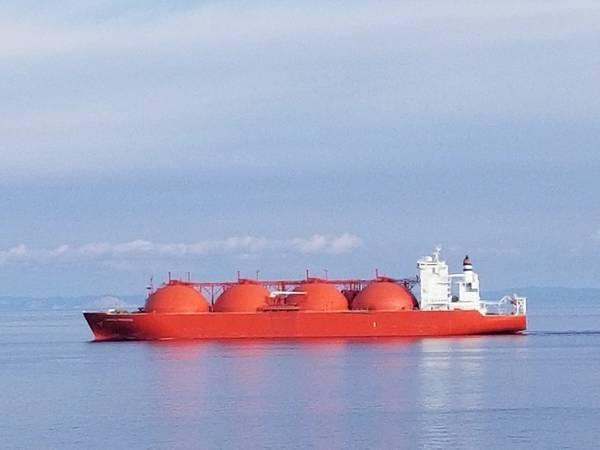 Изображение файла: полностью загруженный танкер СПГ проходит через Med в этом последнем изображении. Кредит: Роберт Мерфи