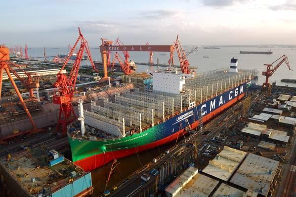 На шанхайской верфи Jiangnan-Changxing запущен 400-метровый CMA CGM мощностью 23 000 TEU Jacques Saadé. Это будет крупнейший в мире контейнеровоз, работающий на СПГ-топливе. (Фото: CMA CGM)