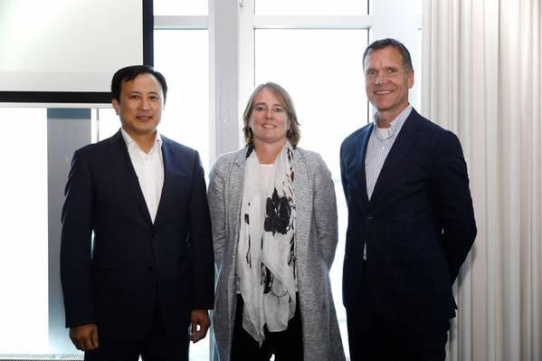 من اليسار إلى اليمين: Sanghun Lee و Samsung SDS؛ Daphne de Kluis، ABN AMRO؛ وبول سميتس ، هيئة ميناء روتردام (الصورة: آد هووغيندورن)