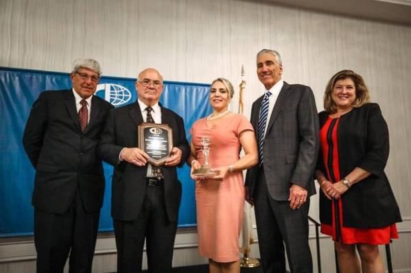 من اليسار: Michael DiVirgilio ، رئيس CII. إد DeNike ، رئيس حاويات SSA ؛ السيدة دينيك رونالد جيه فورست ، رئيس ملاطون للملاحة Sue Coffey، CII Treasurer (Photo: CII)