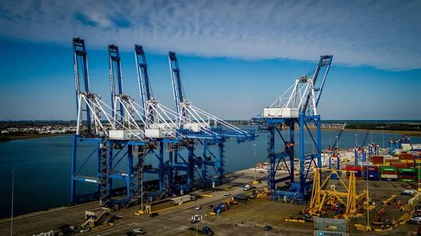 يتم إعادة وضع رافعة حديثة من موقع العمل إلى رصيف الميناء للعودة للخدمة في تشارلستون ، SC (الصورة: ZPMC)