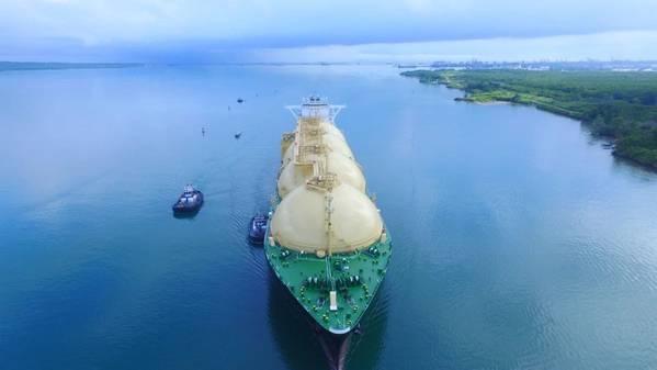 28 अप्रैल को, पनामा नहर को अमेरिका से जापान के रास्ते में नियोपानामैक्स एलएनजी सकुरा का उद्घाटन पारगमन प्राप्त हुआ। (फोटो: पनामा नहर प्राधिकरण)