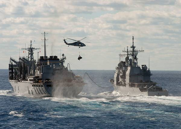 फ़ाइल छवि: अमेरिकी नौसेना के युद्धपोत चल रहे हैं और फिर से भरने में लगे हुए हैं। क्रेडिट: अमेरिकी नौसेना