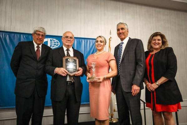 बाएं से: माइकल डिविर्जिलियो, सीआईआई अध्यक्ष; एसएसए कंटेनर के अध्यक्ष एड डेनाइक; श्रीमती डीनाइक; रोनाल्ड जे वन, मैसन नेविगेशन के अध्यक्ष; मुकदमा कॉफी, सीआईआई कोषाध्यक्ष (फोटो: सीआईआई)
