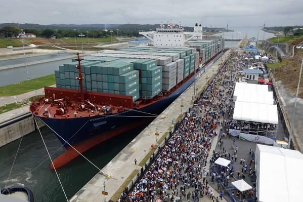 パナマ運河のコンテナ船(写真:CH2M)