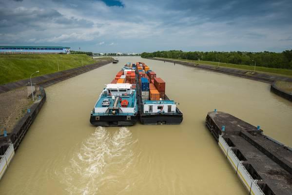 档案图片:多瑙河上的内陆货运。信用:Adobestock /©digitalstock