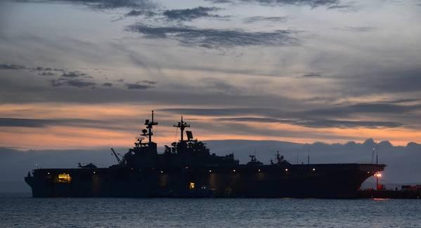 (ダニエル・バーカーによる米海軍写真)