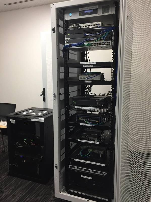Esquerda, equipamento de comunicação via satélite. Direito, equipamento de comunicação por satélite e equipamento de recolha de dados. Foto: linha NYK