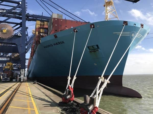 Imagen de archivo: un barco de carga Maersk arruga la carga al costado. CRÉDITO: HR Wallingford