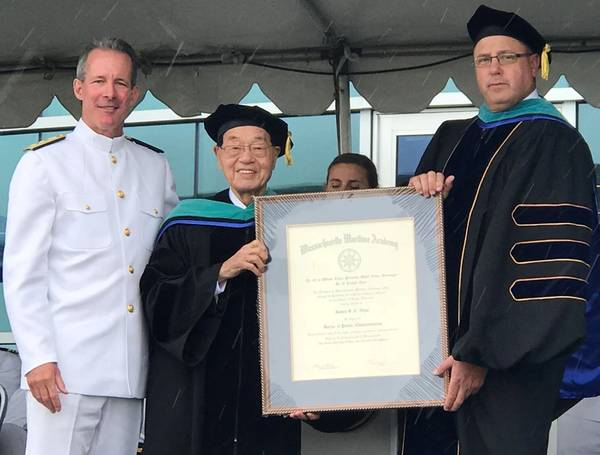 RADM Francis McDonaldとMMA理事長CAPT Galen Lockeは、創立者であり名誉会長であるJames SC Chaoに名誉学位を贈る