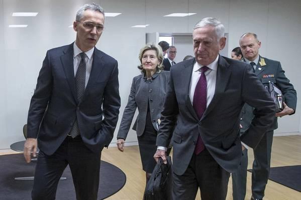 El Secretario General de la OTAN Jens Stoltenberg, izquierda, y el Secretario de Defensa James N. Mattis hablan después de una reunión bilateral en la sede de la OTAN en Bruselas, el 14 de febrero de 2018. (Foto: OTAN)