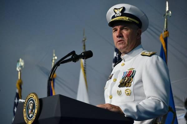 O almirante Karl Schultz fala durante uma cerimônia de mudança de comando na sede da Guarda Costeira em Washington, DC, em 1º de junho de 2018. Durante a cerimônia, Schultz livrou o almirante Paul Zukunft de tornar-se o 26º comandante da Guarda Costeira. (Foto da Guarda Costeira dos EUA por Patrick Kelley)