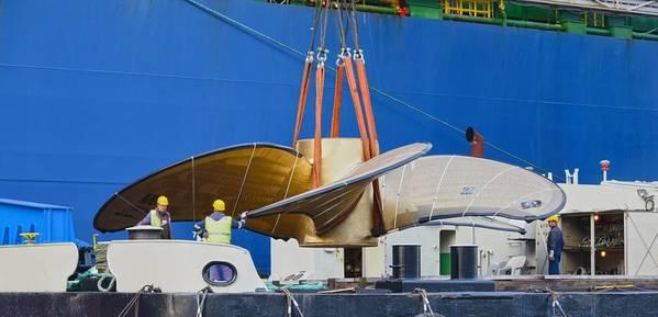"""O guindaste flutuante """"HHLA IV"""" carrega a maior hélice de navio do mundo em um navio. Foto: HHLA / Dietmar Hasenpusch"""