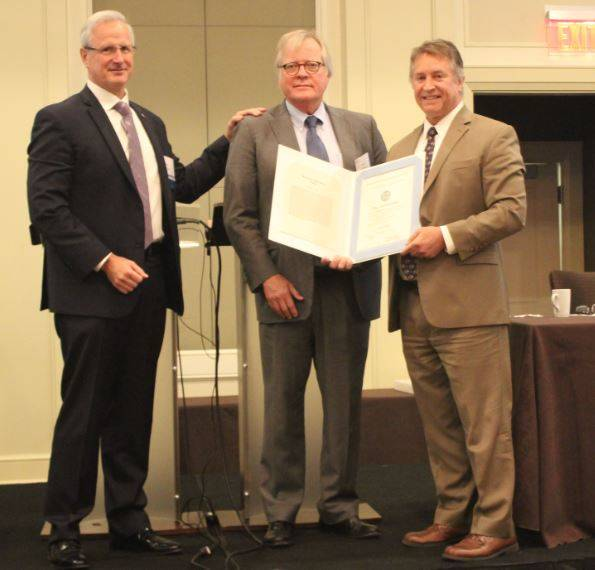 De izquierda a derecha: Tom Marian, presidente de AWO, Jim Farley y Mike Emerson, guardia costera de los EE. UU. Foto cortesía de AWO.