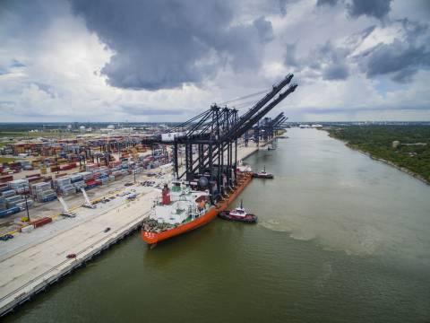 Os mais novos guindastes de costa-a-porto de Port Houston ocupam quase 30 andares de altura, com um comprimento de 211 m, capaz de carregar e descarregar navios de até 22 contêineres de largura. (Foto: Business Wire)