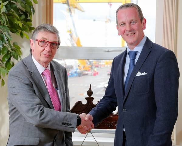El presidente saliente de Harland y Wolff, Robert J. Cooper, le da la mano a su sucesor Jonathan Guest (Foto: Harland y Wolff)