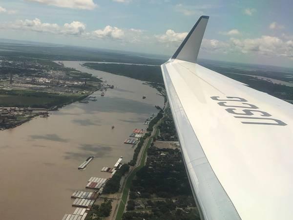 Πετώντας στη Νέα Ορλεάνη με τον ναύαρχο Karl Schultz, Commandant, USCG, παρέχει μια «ματιά στα πτηνά» για την ισχυρή και ποικιλόμορφη επιχείρηση μέσα και γύρω από τον χαμηλότερο ποταμό Μισισιπή. Φωτογραφία: Greg Trauthwein