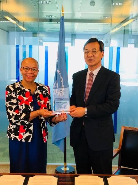 Г-н Масафуми Куроки вручает благодарность доктору Клеопатре Думбия-Генри (Фото: ReCAAP ISC)
