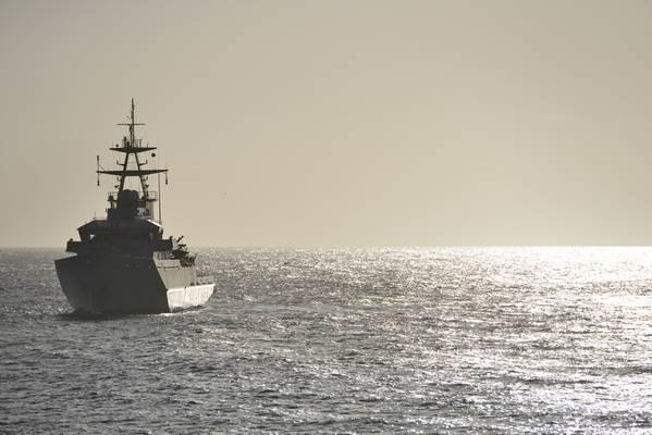 Изображение файла: Военный корабль ВМС Великобритании, патрулирующий (КРЕДИТ: AdobeStock / © Peter Cripps)