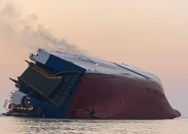 انقلبت حاملة السيارات MV Golden Ray التي يبلغ طولها 656 قدمًا واشتعلت فيها النيران في شارع سايمز ساوند ساوند في 8 سبتمبر (الصورة: US Coast Guard)