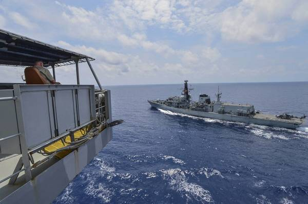ヘンリー・J・カイザー級艦隊補給用給油機USNSグアダルーペ(T-AO 200)に乗船している船長のシビリアン・マリナー、ケビン・ソールズ氏は、補給海上訓練中にイギリス海軍公爵級のフリゲート艦HMSモントローズ(F 236)を監視します。グアダルーペは、米海軍および米第7艦隊の責任範囲で活動している同盟軍に兵站支援を提供して、作戦を行っています。 (マスコミスペシャリスト2級トリスティンバースによる米国海軍の写真)