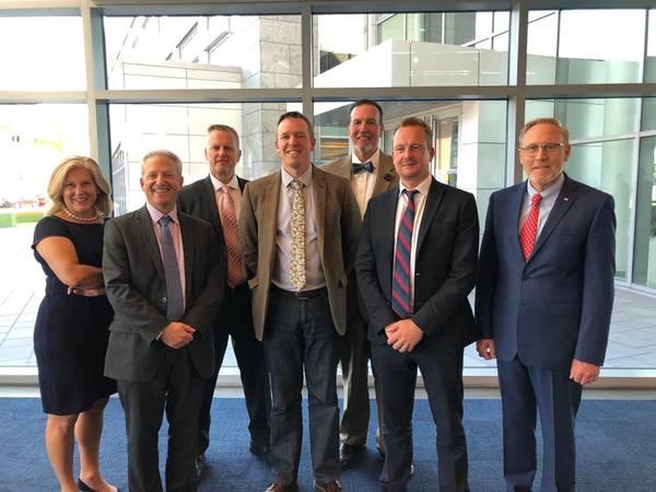左から:Equinor Wind US、外務部長、Julia Bovey。 Ørsted、市場開発責任者、Fred Zalcman。 Greg Trauthwein、エディター&アソシエイトパブリッシャーMaritime Reporter&Engineering News;アトランティックショアーズオフショアウィンド、オフショアウィンドのシニアマネージャー、ダグコープランド。エリックヨハンソン、SUNY Maritime; Vineyard Windの副CEO、Alan Hannah。また、海事産業博物館の議長、ジョン・アーゼンツェン。