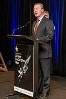 防衛産業大臣Christopher Pyne礼儀SGT Rodney Welch /オーストラリアの空軍