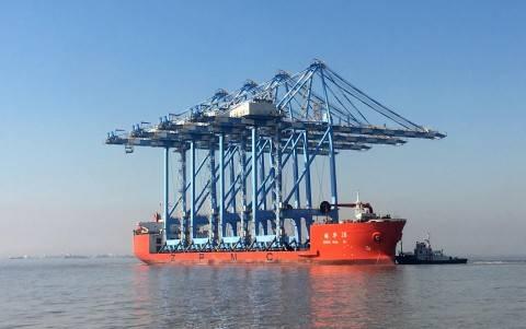 761 फुट लंबी भारी लिफ्ट जहाज जेन हुआ 28 टाकोमा के आठ नए सुपर-पोस्ट-पैनामाक्स क्रेन (फोटो: द नॉर्थवेस्ट बंदरगाह एलायंस) के पहले चार स्थानान्तरण करता है