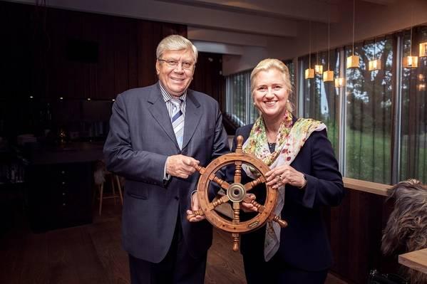 Anatoli Kanajev, fundador da TK, entrega as rédeas à presidente do Conselho Executivo da HHLA, Angela Titzrath. Foto: HHLA / Thies Rätzke