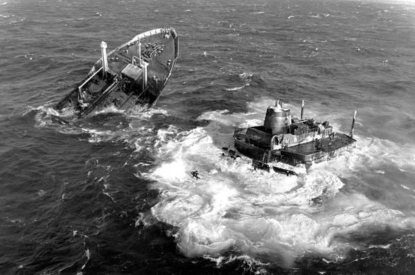 MV Argo Merchant war ein unter liberianischer Flagge fahrender Öltanker, der am 15. Dezember 1976 auf Grund lief und südöstlich von Nantucket Island, Massachusetts, sank und einen der größten Ölunfälle in der Geschichte verursachte. Archiv der US-Küstenwache