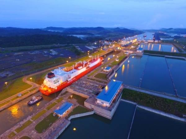 O Canal do Panamá transitou quatro navios de GNL em um dia, marcando o primeiro para a hidrovia. (Foto: Autoridade do Canal do Panamá)