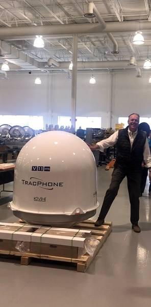 Martin Kits van Heyningen, CEO, KVH, en la planta de fabricación el día que KVH envió su primer TracPhone V11-HTS en abril de 2019. Foto: KVH