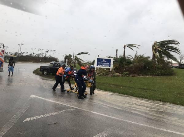 O pessoal da Guarda Costeira ajuda a medevac um paciente nas Bahamas durante o furacão Dorian. A Guarda Costeira está apoiando a Agência Nacional de Gerenciamento de Emergências das Bahamas e a Força de Defesa Real das Bahamas com esforços de resposta a furacões. (Foto da Guarda Costeira)