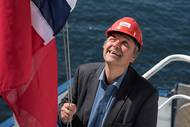 Director General of Shipping and Navigation, Olav Akselsen, hoisting the Norwegian flag during a flag change ceremony (Photo: Helga Maria Sulen Sund/Sjøfartsdirektoratet)