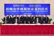 6th left Mr. Zheng Minghui, Chairman of Qingdao Port Group; 7th left Mr. Yang Shaopeng, Chairman of SITC