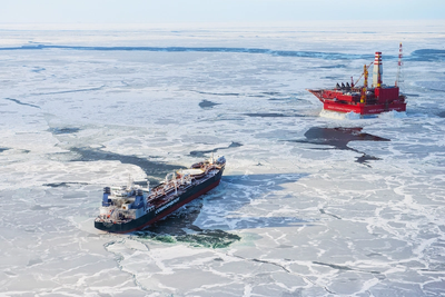 Arctic shuttle tanker Mikhail Ulyanov equipped with ABB's RDS system, by the Prirazlomnaya offshore platform (Photo: ABB)