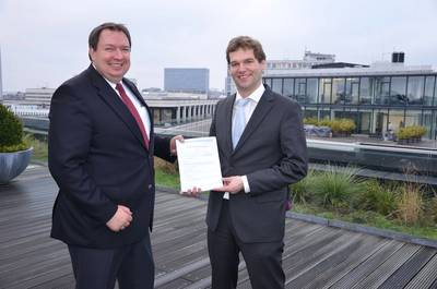 Jörg Lampe (Right), Senior Project Engineer Risk & Safety and Systems Engineering at DNV GL, presented the award to Jürgen Kudritzki (Left), Technical Director at E.R. Schiffahrt, in Hamburg.
