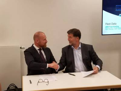 Hans Ottosen, CEO of Danelec Marine and Ronald Spithout, CEO of Inmarsat sign the agreement for Fleet Data at SMM 2018 (Photo: Danelec Marine)